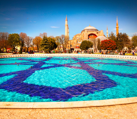 borne fontaine: Colorful spring scene in Sultan Ahmet park in Istanbul, Turkey, Europe. Fountain on the background of the Ayasofya Museum (Hagia Sophia). Artistic style post processed photo.
