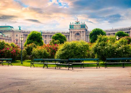 ホーフブルク宮殿とフォルクスガルテンの立派な朝の景色。ウィーン、オーストリア、ヨーロッパの首都で日当たりの良い春の街並。芸術的なスタ