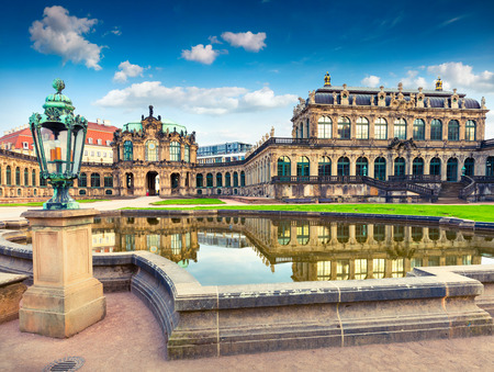 Matin dans le célèbre palais Zwinger (Der Dresdner Zwinger) Galerie d'art de Dresde. Colorful spring scene à Dresde, Saxe, Allemagne, Europe. Photo artistique après traitement de photo. Banque d'images