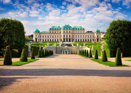 Bunter Frühlingsmorgen im berühmten Belvedere Park, erbaut von Johann Lukas von Hildebrandt als Sommerresidenz für Prinz Eugen von Savoyen. Sonnige Szene in Wien, Österreich, Europa. Nachbearbeitung des künstlerischen Stils. Standard-Bild - 77989011