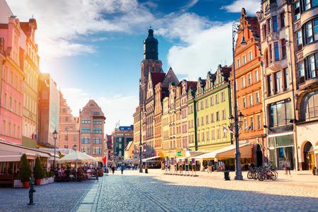 聖エリザベス教会とヴロツワフ マーケット広場にカラフルな朝のシーン。シレジア、ポーランド、ヨーロッパの歴史的な首都で日当たりの良い街並 写真素材