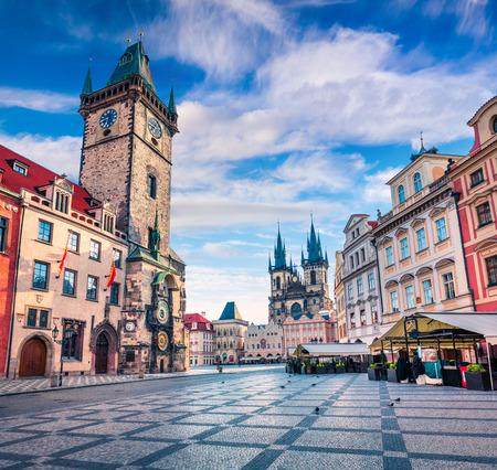 ティーン教会、旧市街広場の春の朝。チェコ - プラハ、ヨーロッパの首都で日当たりの良い sityscape。芸術的なスタイルの記事は、写真を処理されま