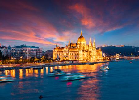 의회 및 체인 브리지 다채로운 저녁보기. 부다페스트, 헝가리, 유럽에서 극적인 일몰입니다. 예술적 스타일 게시물 처리 된 사진입니다. 스톡 콘텐츠