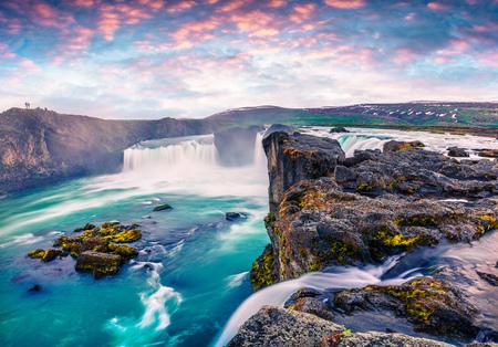 Scène matinale d'été sur la cascade de Godafoss. Lever de soleil coloré sur la rivière Skjalfandafljot, Islande, Europe. Photo de style artistique post traitée.