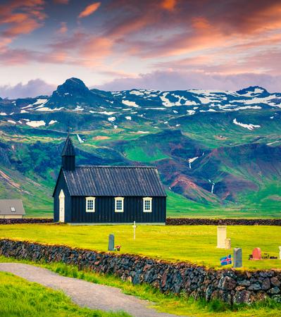 黒の木製の Budakirkja 教会と Saefellsnes の墓地。Snafellsnes 半島、西アイスランド ヨーロッパのカラフルな夏の日の出。芸術的なスタイルの記事は、写真 写真素材