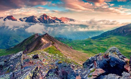 Vista di mattina d'estate della catena montuosa del Grossglockner dalla strada alpina del Grossglockner. Alba variopinta in alpi austriache, distretto di Zell am See, stato di Salisburgo in Austria