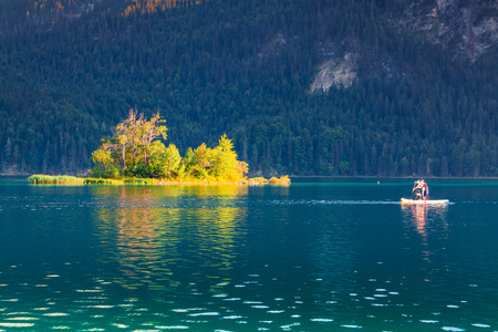 夏の朝、アイプゼー湖のカヌー。ドイツのアルプス、ババリア、ドイツ、ガルミッシュ ・ パルテンキルヒェン村場所で見事な屋外シーン 写真素材