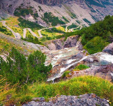 イタリア ステルヴィオ山岳道路、標高海抜 2,757 m の上に小さな滝があります。ソンドリオ、オルトラー アルプス、イタリアのステルヴィオ峠、南チ