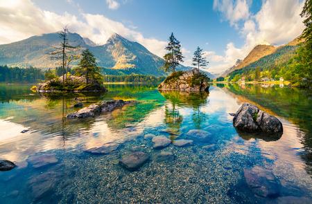 Hintersee 호수에 아름 다운 여름 아침입니다. 오스트리아 알프스, 잘츠부르크 -Umgebung 지구, 오스트리아에서에서 다채로운 야외 현장 스톡 콘텐츠