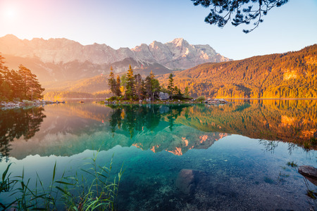 Zugspitze 산 범위와 Eibsee 호수에 다채로운 여름 아침. 독일 알프스, 바바리아, Garmisch-Partenkirchen 마 위치, 독일에서에서 맑은 야외 현장 스톡 콘텐츠