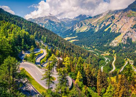 マローヤ峠の頂上から日当たりの良い夏の風景。スイス アルプス、アッパーエンガディン グラウビュンデン州、スイス連邦共和国のカントンのカラ