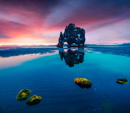 Enorme basalt stapel Hvitserkur aan de oostelijke oever van het schiereiland Vatnsnes. Kleurrijke zomer zonsopgang in het noordwesten van IJsland, Europa. Artistieke stijl na bewerkte foto.