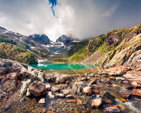 Mañana colorida del verano en el lago Lac Blanc con Belvedere Peack en el fondo, ubicación de Chamonix. Escena al aire libre hermosa en Vallon de Berard Nature Preserve, Graian Alps, Francia, Europa. Foto de archivo - 91333256