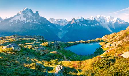 Vista variopinta di estate del lago Lac Blanc con Mont Blanc (Monte Bianco) su fondo, posizione di Chamonix. Bella scena all'aperto in Vallon de Berard Nature Preserve, Graian Alpi, Francia, Europa.