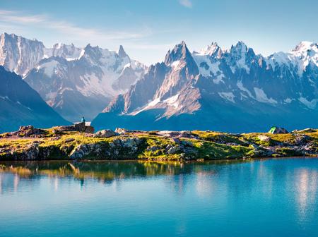 Toeristische bewonderen van de Mont Blanc (Monte Bianco) berg aan de oever van Lac Blanc meer, Chamonix locatie. Mooie openluchtscène in het Natuurreservaat van Vallon DE Berard, Graian-Alpen, Frankrijk, Europa. Stockfoto