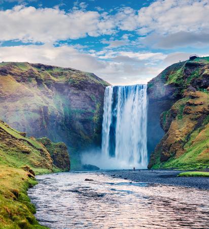 Vue estivale incroyable de la cascade de Skogafoss sur la rivière Skoga. Scène d'été colorée en Islande, en Europe. Photo post-traitée de style artistique. Banque d'images - 91296693