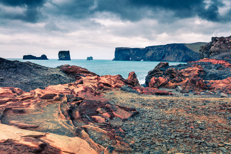 Dramatische zomerochtend in Dyrholaey Nature Reserve. Geweldig uitzicht op Dyrholaey-boog, zuidkust van IJsland, Europa. Post-bewerkte foto in artistieke stijl.