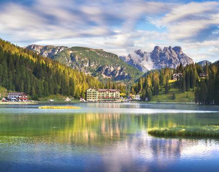 Hermosa escena de verano en el lago Misurina. Opinión colorida de la mañana de las montañas de la dolomía, parque nacional de Tre Cime Di Lavaredo, Italia, Europa. Belleza del fondo del concepto de naturaleza.