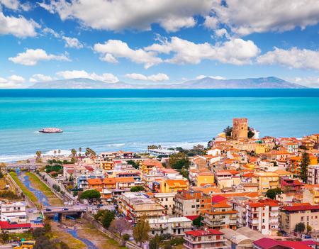 Opinião colorida da mola da cidade de Brolo, Messina. Cena bonita da manhã no mar mediterrâneo da costa, Sicília, Itália, Europa. Beleza do fundo marinho do conceito do recurso. Foto de archivo - 93250722