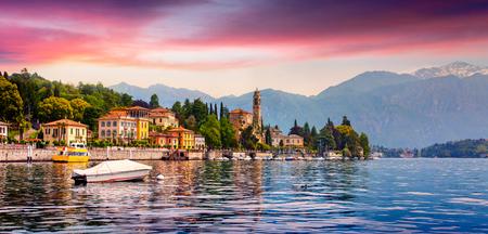 Mezzegra 마의 다채로운 여름 파노라마입니다. 코 모 호수, 롬바르디아, 이탈리아, 유럽의 지방에 극적인 아침 장면. 이탈리아 알프스에서 아름 다운 일출