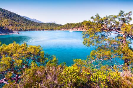 Increíble paisaje marino mediterráneo en Turquía. Vista brillante de la primavera de una pequeña bahía azul cerca de la aldea de Tekirova, distrito de Kemer, provincia de Antalya. Belleza del fondo del concepto de naturaleza.