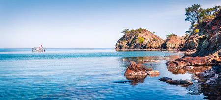터키에서 화려한 지중해 바다입니다. 작은 푸른 베이 Tekirova 마, 지구 Kemer, 안탈 야 지방 근처의 파노라마. 자연 컨셉 배경의 아름다움입니다.