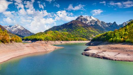 ラック・ドゥ・ソテー湖の美しい夏のパノラマ。フランスアルプス、イゼレ村の場所、南東フランス、ヨーロッパの晴れた朝の景色。