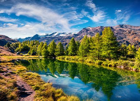 Zonnige zomerochtend op het Grindjisee-meer. Prachtig uitzicht op de Zwitserse Alpen, Zermatt locatie, kanton Wallis, Zwitserland, Europa. Schoonheid van de natuur concept achtergrond.