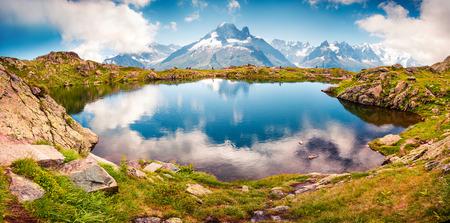 배경, 샤모니 위치에 몽블랑 (몬테 비안)와 Lac 블랑 호수의 다채로운 여름보기. 아름 다운 야외 현장 Vallon 드 Berard 자연 보존, Graian 알프스, 프랑스, 유