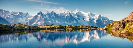 Panorama variopinto di estate del lago lac Blanc con Mont Blanc (Monte Bianco) su fondo, posizione di Chamonix. Bella scena all'aperto nella riserva naturale di Vallon de Berard, alpi di Graian, Francia, Europa.