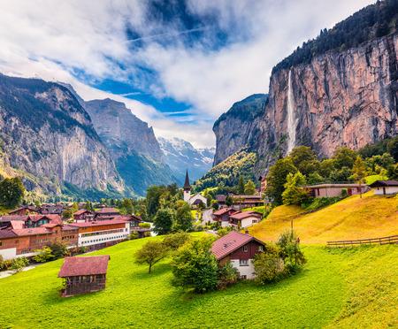Zonnige zomer weergave van grote waterval in Lauterbrunnen dorp. Prachtige openluchtscène in Zwitserse Alpen, Bernese Oberland in het kanton van Bern, Zwitserland, Europa. Artistieke stijl na bewerkte foto. Stockfoto