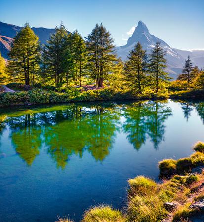 Zonnige zomerochtend op het Grindjisee-meer. Prachtig uitzicht op de Matterhorn (Monte Cervino, Mont Cervin) piek, Zwitserse Alpen, de plaats Zermatt, kanton Wallis, Zwitserland, Europa. Schoonheid van de natuur concept achtergrond. Stockfoto