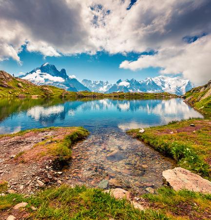 Kleurrijke de zomermening van het Lac Blanc-meer met Mont Blanc (Monte Bianco) op achtergrond, Chamonix-locatie. Mooie openluchtscène in Vallon de Berard-Aarddomein, Graian-Alpen, Frankrijk, Europa.