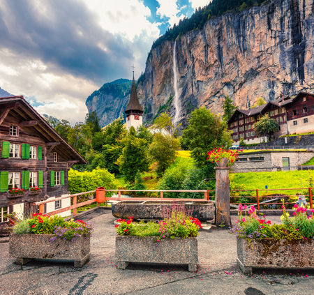 Vue estivale pittoresque de la cascade dans le village de Lauterbrunnen. Splendide scène de plein air dans les Alpes suisses, l'Oberland bernois dans le canton de Berne, en Suisse, en Europe. Photo post-traitée de style artistique. Banque d'images - 93257960