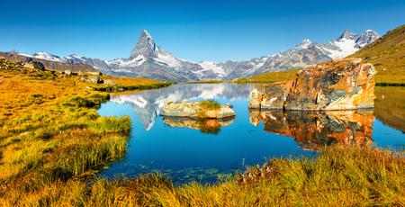 Panorama d'été coloré du lac Stellisee. Grande scène en plein air avec le Cervin (Mont Cervin, Mont Cervin) dans les Alpes suisses, à Zermatt, dans le canton du Valais, en Suisse et en Europe. Banque d'images - 93258004