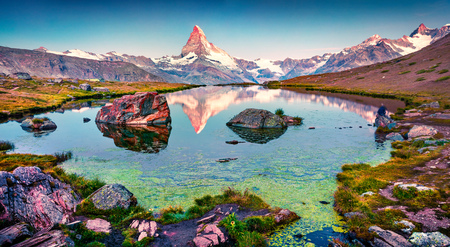 Colorful summer panorama of the Stellisee lake. Few minutes before sunrise. Great outdoor scene with Matterhorn (Monte Cervino, Mont Cervin) in Swiss Alps, Switzerland, Europe. 版權商用圖片 - 93258072