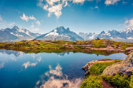Geweldig zomer uitzicht op het Lac Blanc-meer met de Mont Blanc (Monte Bianco) op de achtergrond, Chamonix locatie. Mooie openluchtscène in Vallon de Berard-Aarddomein, Graian-Alpen, Frankrijk, Europa. Stockfoto