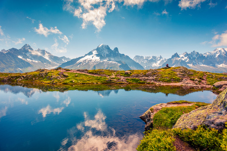 Splendida vista estiva sul lago Lac Blanc con il Monte Bianco (Monte Bianco) sullo sfondo, località Chamonix. Bella scena all'aperto in Vallon de Berard Nature Preserve, Alpi Graian, Francia, Europa. Archivio Fotografico