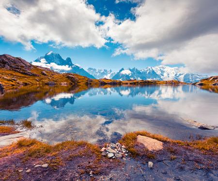 Kleurrijke de herfstmening van het Lac Blanc-meer met Mont Blanc (Monte Bianco) op achtergrond, Chamonix-locatie. Mooie openluchtscène in Vallon de Berard-Aarddomein, Graian-Alpen, Frankrijk, Europa.