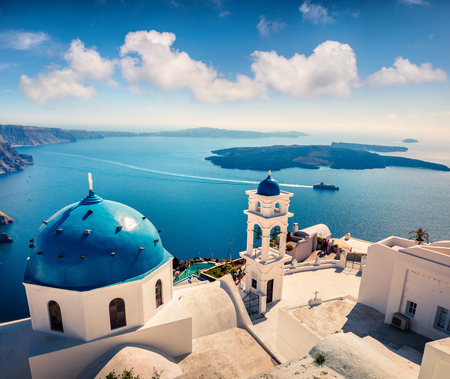 Misty morning view of Santorini island. Picturesque spring scene of the famous Greek resort Fira, Greece, Europe. Standard-Bild