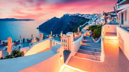 Vue impressionnante en soirée sur l'île de Santorin. Coucher de soleil de printemps pittoresque sur la célèbre station balnéaire grecque Fira, Grèce, Europe.