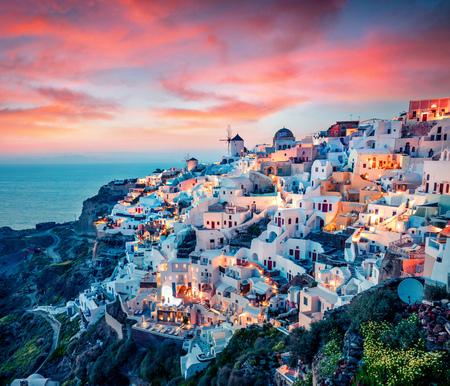 Indrukwekkende avondmening van Santorini-eiland. Schilderachtige de lentezonsondergang op de beroemde Griekse toevlucht Oia, Griekenland, Europa. Stockfoto