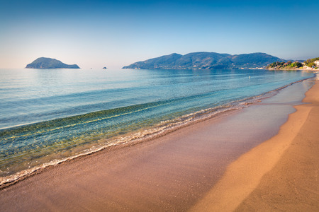 Vista de la mañana acogedora de la playa de la isla de Zakynthos (Zante). Soleado paisaje marino de primavera del mar Jónico, Grecia, Europa.
