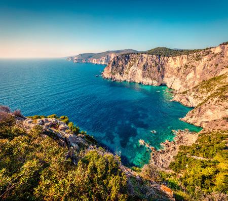 イオニア海の高い崖の空中スプリングビュー。ザキントス島(ザンテ)島、ギリシャ、ヨーロッパの晴れた朝の海景。