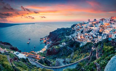 Vue impressionnante en soirée sur l'île de Santorin. Coucher de soleil pittoresque au printemps sur la célèbre station balnéaire grecque d'Oia, Grèce, Europe. Banque d'images