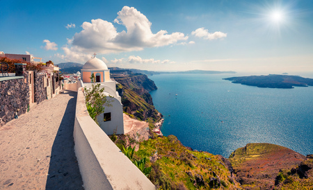 Cozy street of famous resort of Santorini - Fira. Sunny morning view of Thira, Greece. Traveling concept background. Stockfoto