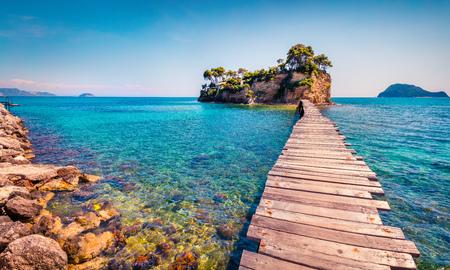 Helle Frühlingsansicht der Miniatur-Insel. Malerische Morgenszene auf dem Hafen Sostis, Zakynthos-Insel, Griechenland, Europa.