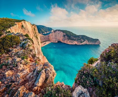 Vista variopinta della molla della spiaggia di Navagio con il naufragio. Vista sul mare di mattina soleggiata del mar Ionio, isola di Zante (Zante), Grecia, Europa. Archivio Fotografico