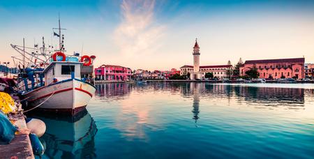 ザキントスの美しい春の夕日。市庁舎と聖ディオニシオス教会、イオニア海、ザキントス島、ギリシャ、ヨーロッパの素晴らしい夜景。