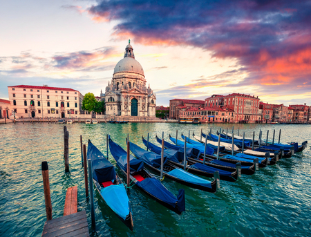 Dramatic spring sunset with Basilica di Santa Maria della Salute church in Venice, Italy, Europe. Splendid evening seascape of Adriatic Sea. Traveling concept background. Banque d'images